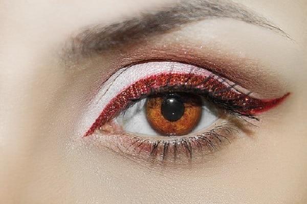 Smukke øjenbryn med hårtransplantation